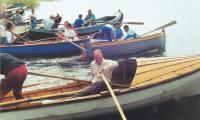 Начало весельной гонки на народных лодках