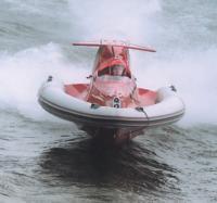 """Надувная лодка """"летит"""" над водой"""
