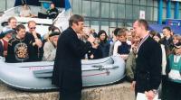 Николай Мнев вручает приз — лодку своего производства — Игорю Дубинскому