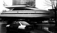 Огромный современный катер