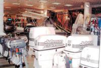 Отдел с подвесными моторами в магазине