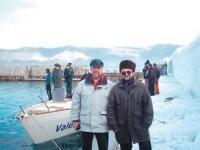 Памятное фото на фоне яхты Валентина