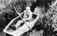 Пенопластовая лодка на воде