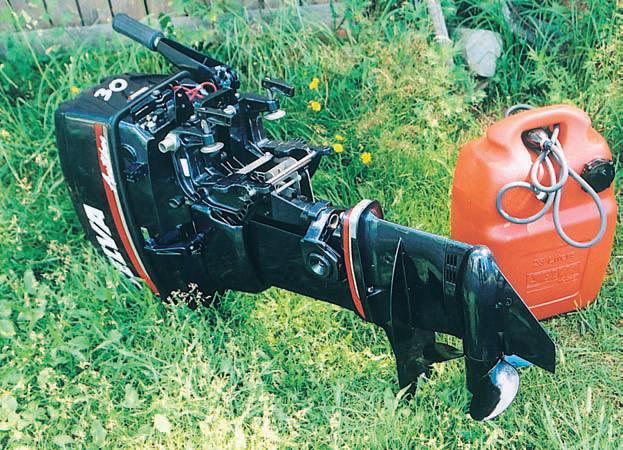Переносить мотор за одну стальную скобу неудобно