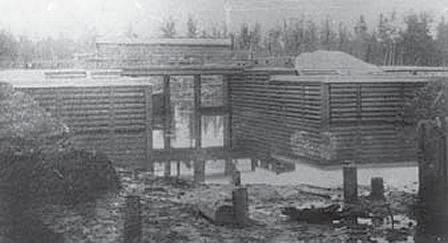 Плотина и постройки у шлюза