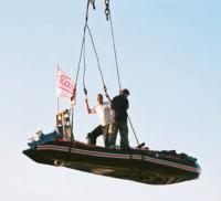 "Поднятие лодки ""Roger 570"" краном"