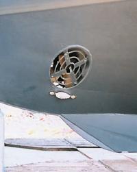 Подруливающее устройство (bowthruster) в носовой части корпуса