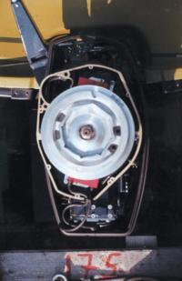 Подвесной мотор со снятым капотом