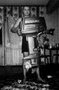 """Подвесной мотор """"Suzuki"""" дома"""