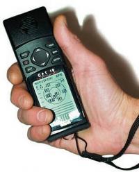 Приемник «Гармин» GPS 12 в руке