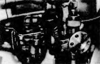 Рис. 13. Установленная бензопомпа и отражатель на диффузоре карбюратора