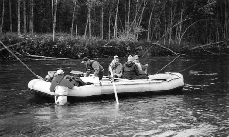 на реке на надувной лодке