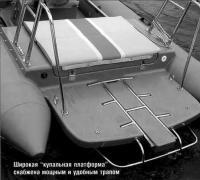 """Широкая """"купальная платформа"""" снабжена мощным и удобным трапом"""