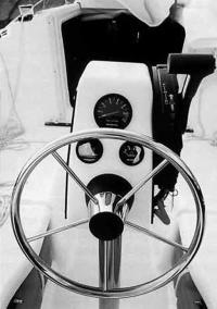 Штурвал и пульт управления двигателем