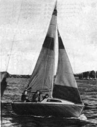 Швертбот «ЛЭС-450» под парусами
