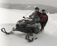 "Снегоход ""Ski-Doo"" с двумя наездниками"