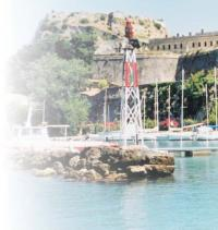Современный маячок на каменном островке