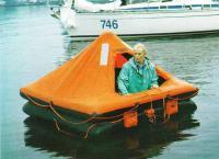 Спасательный плот на воде