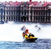 Спортсмены на аквабайках и типичный Питерский пейзаж