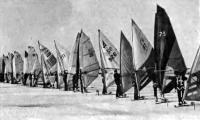 Спортсмены на парусных лыжах на старте