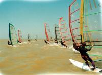 Участники соревнования на желтой воде