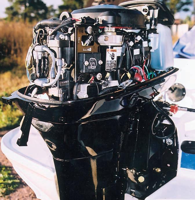 Узлы электрооборудования мотора сосредоточены в основном в правой части двигателя