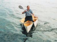Вид спереди на лодку-тримаран