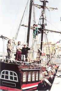 Вся команда позирует в одном из портов