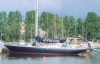 Яхта Adventure у причала
