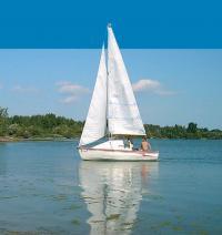 Яхта Карась-500 на воде под парусами