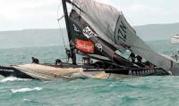 Яхта NZL 82 со сломанной мачтой