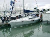 Яхта OVNI 395 у причала