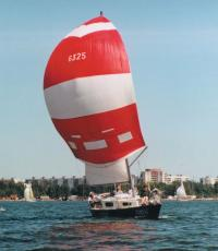 Яхта с красно-белым спинакером