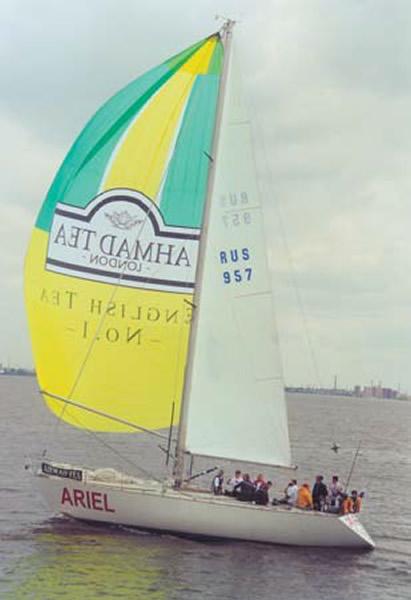 Яхта с рекламой фирмы