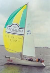 Яхта с рекламой фирмы Ahmad-Tea