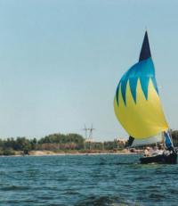 Яхта с желто-синими парусами