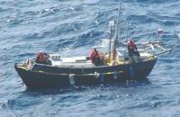Яхта Самба со спущенными парусами
