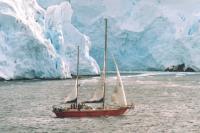 """Яхта """"Урания-2"""" на фоне ледников"""