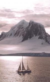Яхта Урания-2 на фоне заснеженной горы