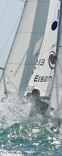 Яхтсмены борятся о стихией