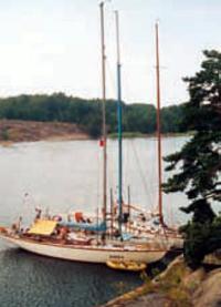 Яхты припаркованы у берега
