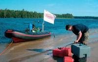 Заправка баков бензином на берегу