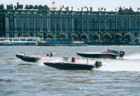 Две скоростные мотолодки на дистанции