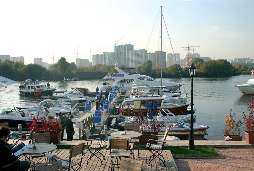 Экспозиция моторных лодок на воде