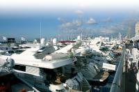 Экспозиция моторных яхт на воде