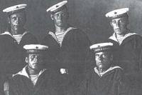Группа матросов-монтажников, строивших бронекатера