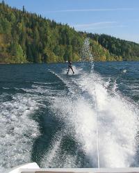 Катер уверенно тянет лыжника