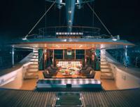 Кокпит яхты под козырьком