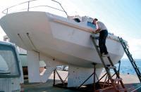 Корпус яхты покрыт грунтовкой