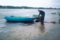 Лодка Хариус на воде у берега